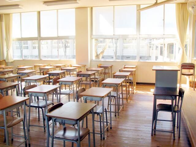 整理整頓された教室内の机とイス