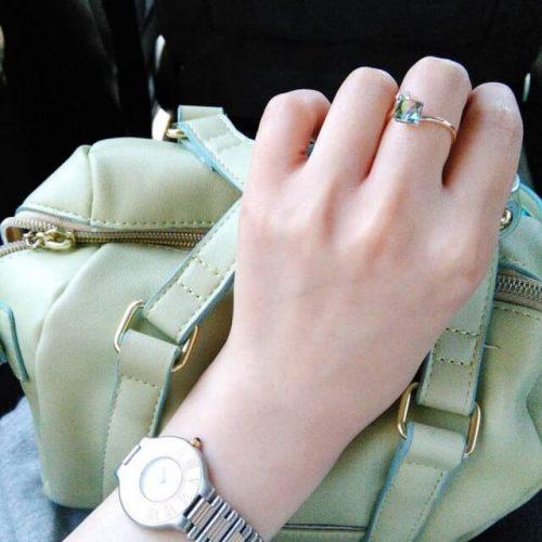 高級バッグと時計をもっているママ友