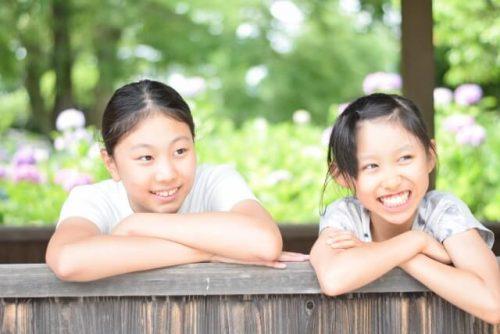 仲良く外を眺める女子小学生2人