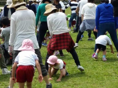 運動会で親子揃って楽しく遊ぶ