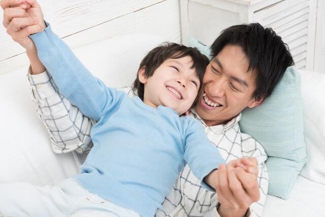 仲良く遊ぶ夫と息子
