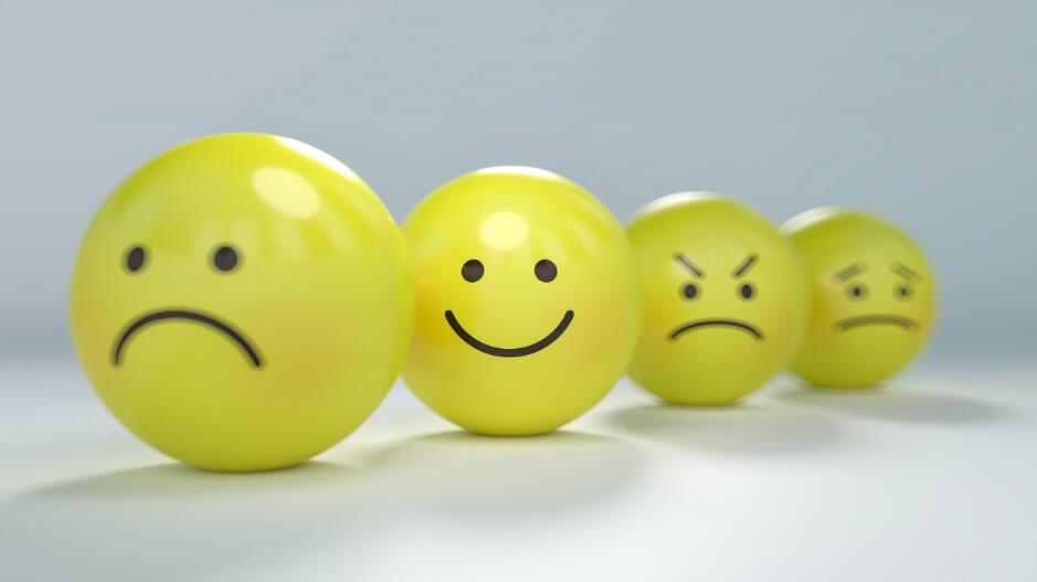 怒りや笑い、悲しみや不安な表情をしている人