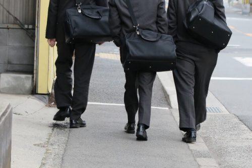 3人組で下校している男子高校生