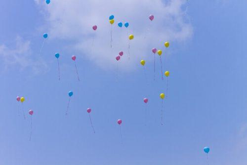 空に飛んでいるカラフルな風船