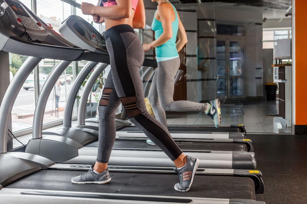 トレッドミルでゆっくりジョギングしている女性