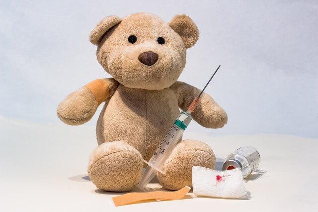 予防注射をするクマのぬいぐるみ