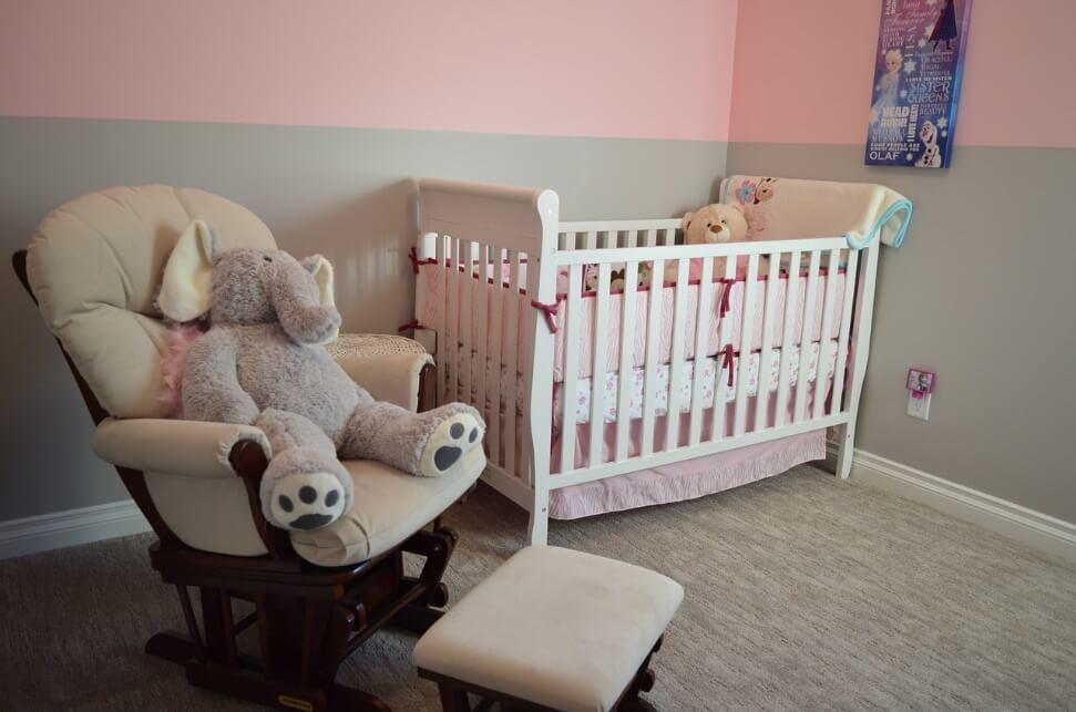 大きなぬいぐるみが置いてある赤ちゃんの寝室