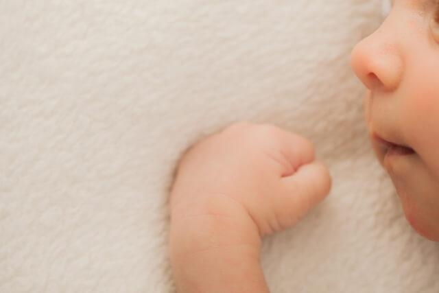 握りこぶしを作っている赤ちゃん