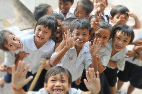 楽しそうに手を振っている仲の良い子供達