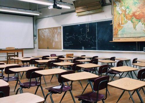 がらんとした誰もいない教室