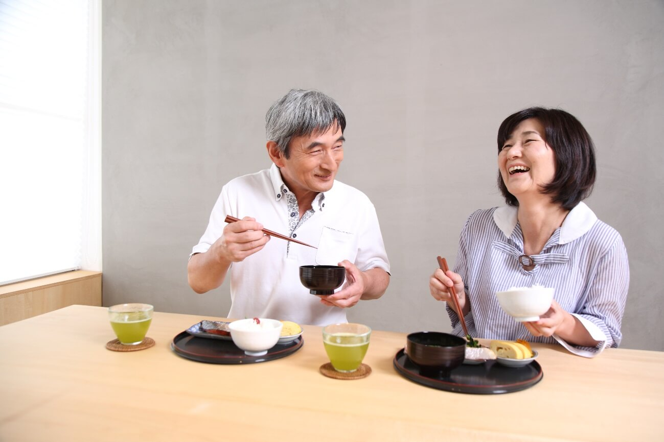 定年後、仲良く食事をする夫婦