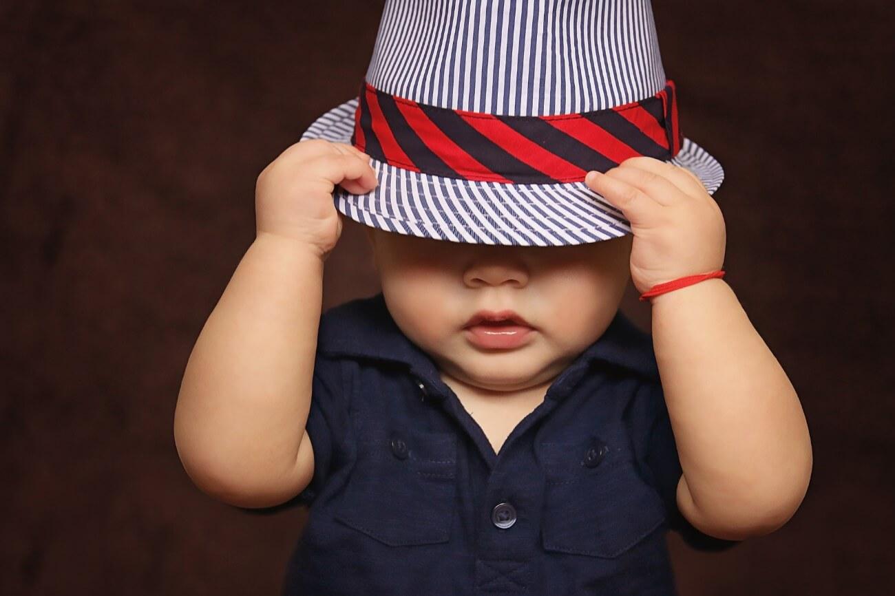 帽子を目深に被る赤ちゃん