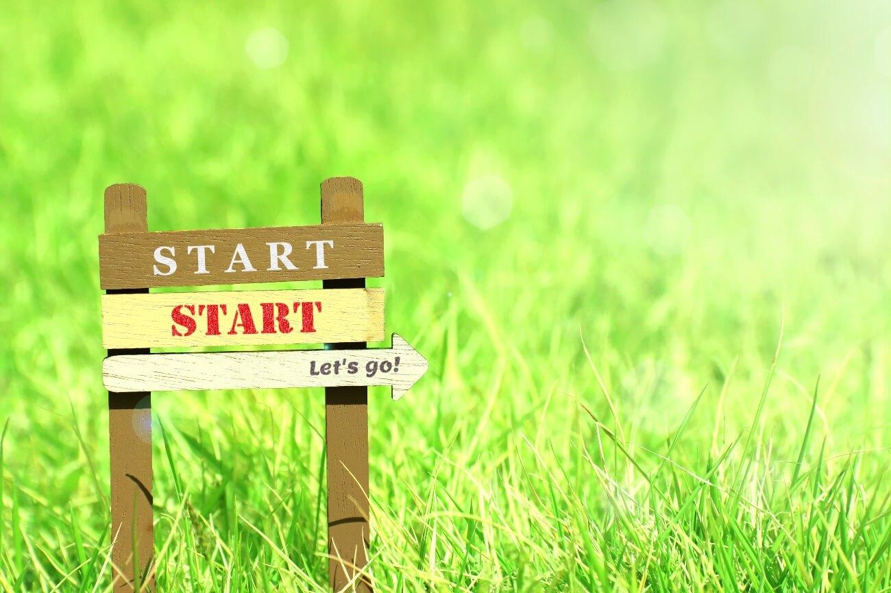野原にある「START」の看板