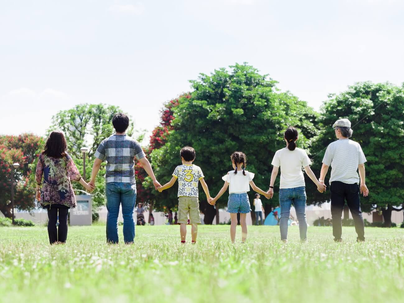 公園で手をつないでいる家族