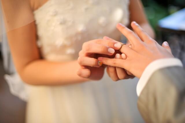 息子が結婚しないから想像で結婚式を挙げている母親