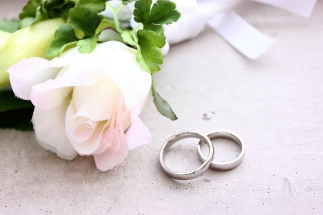 息子の結婚した証の2つの指輪とブーケ