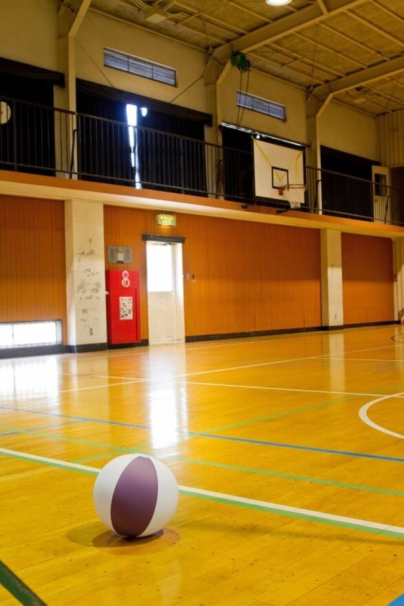 バスケットボールが落ちている体育館