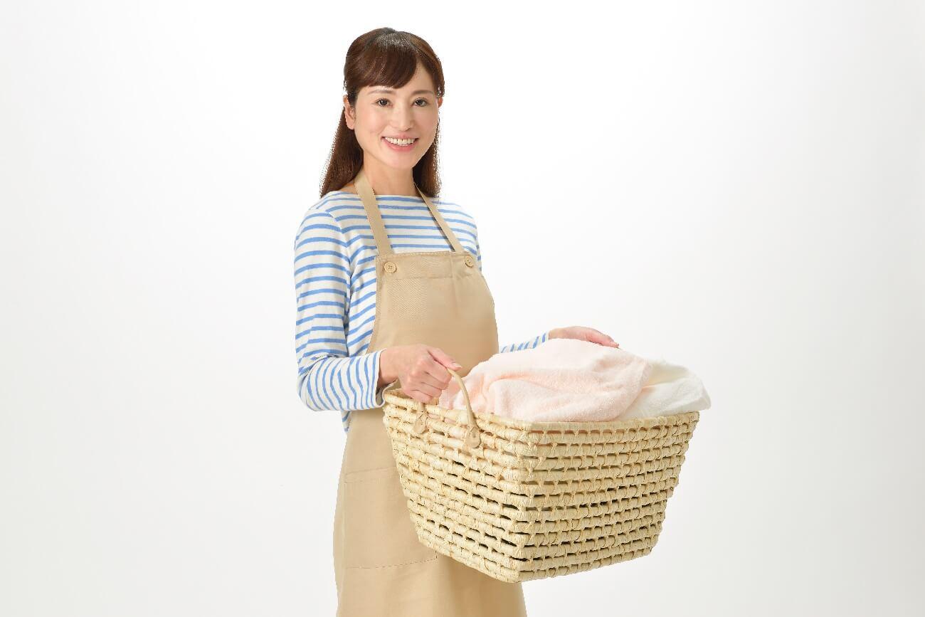 洗濯籠を運ぶ主婦