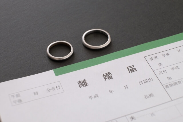 離婚届と、外された2つの指輪