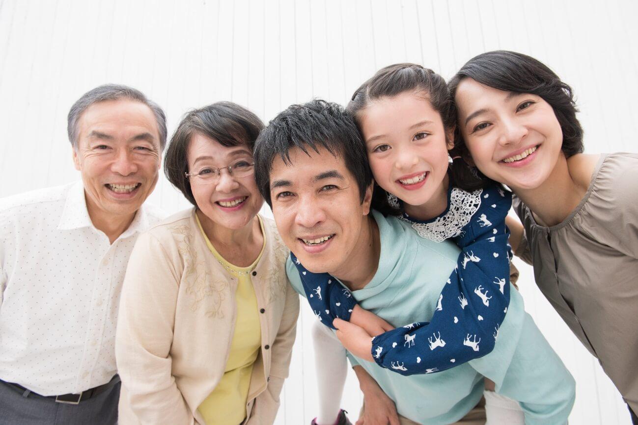 3世代仲良く笑顔で写った写真