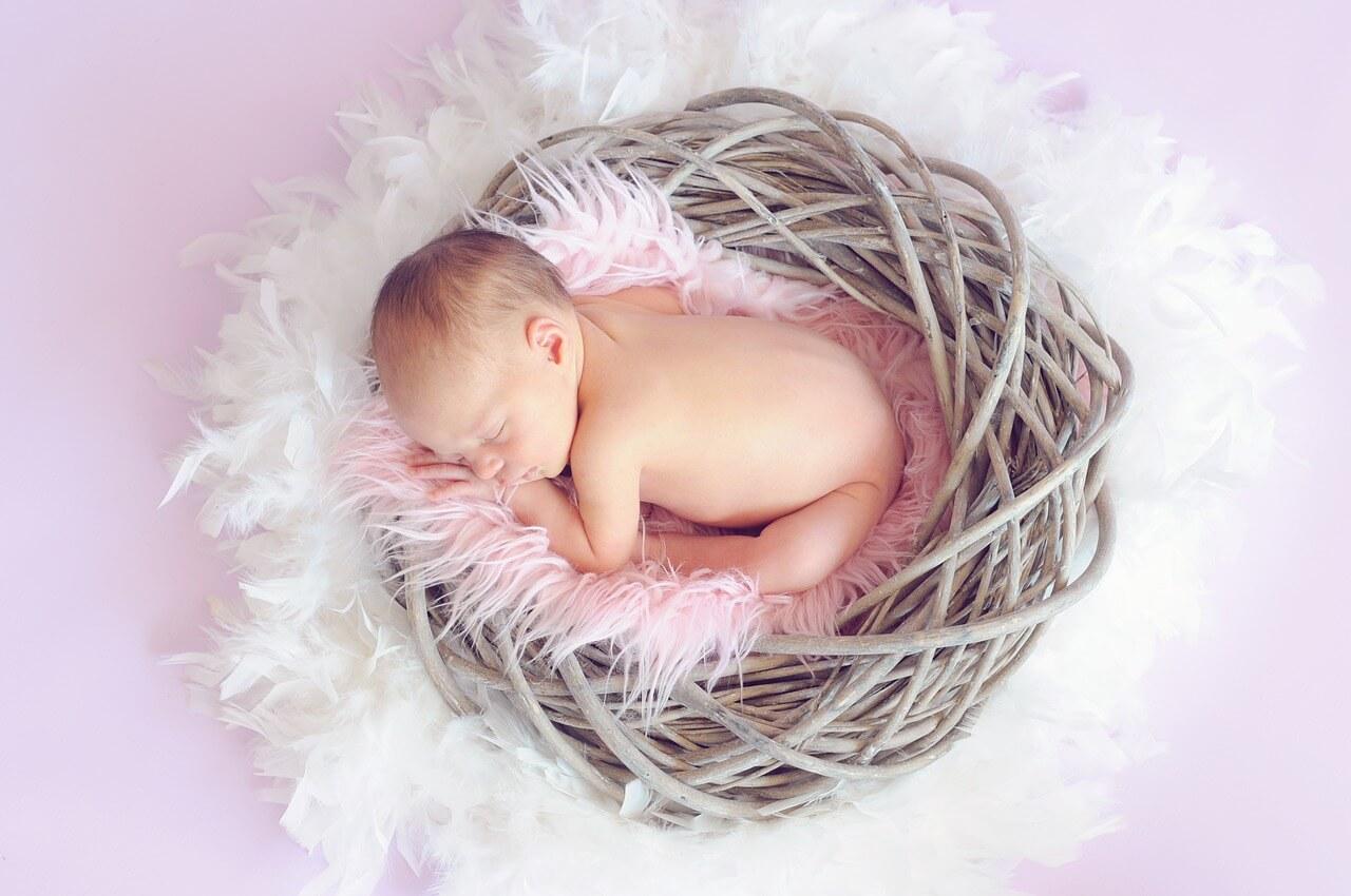 ゆりかごで眠っている頭の大きな胎児