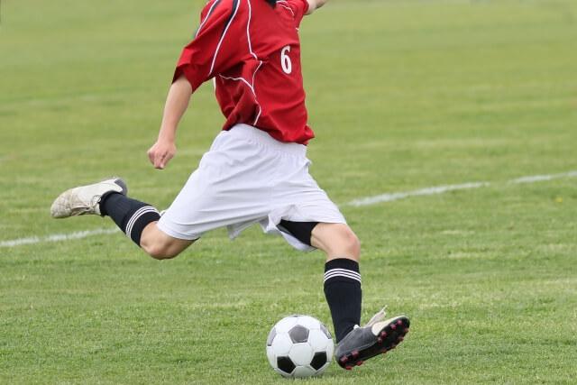 サッカー部で頑張っている少年