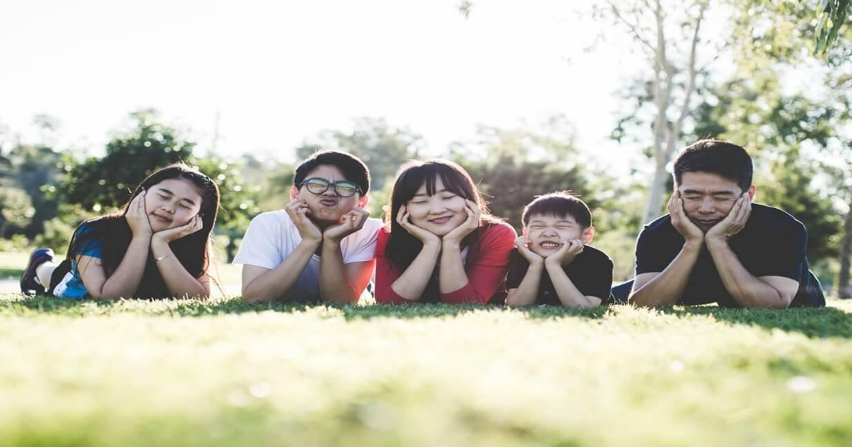 公園で寝そべっているよく顔が似ている家族