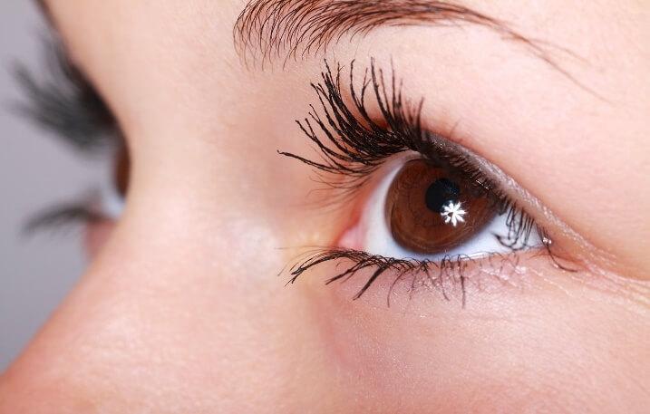 優性遺伝子の二重まぶたをもつ綺麗な女性の目