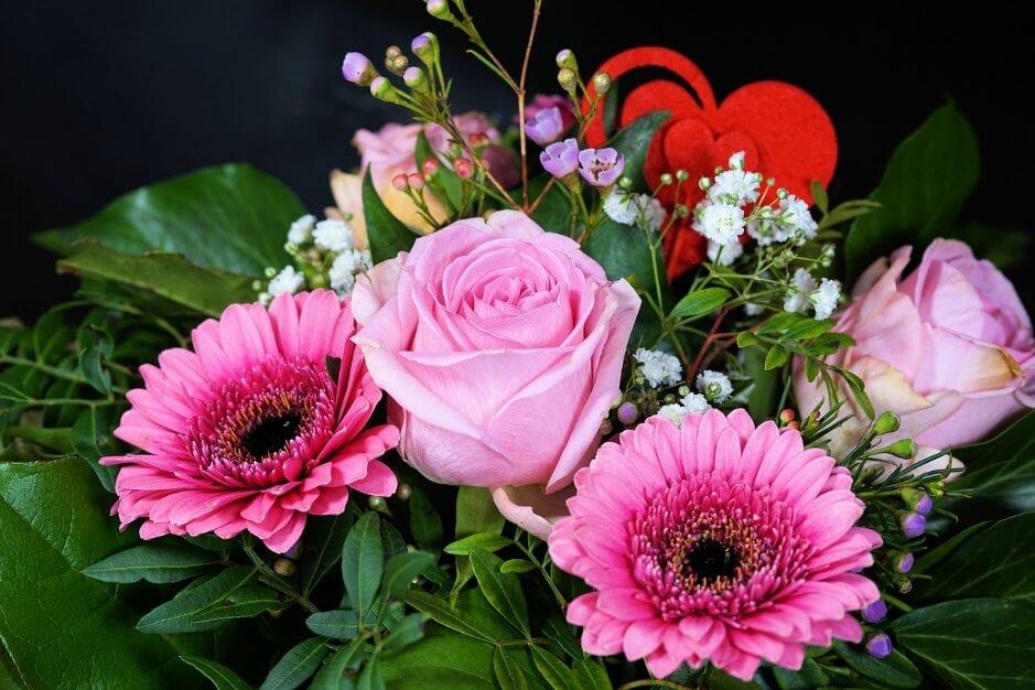 東南に綺麗な花を飾って恋愛を高めている