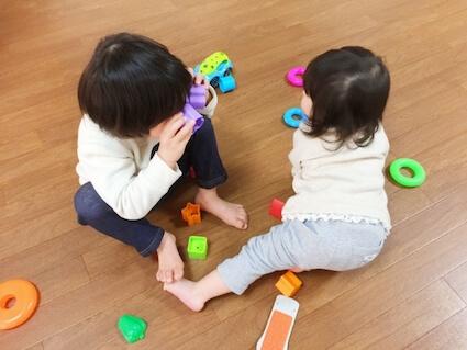 家の中でおもちゃで遊ぶ息子と娘