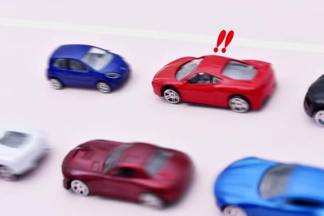 逆走してくる車と衝突する寸前の場面
