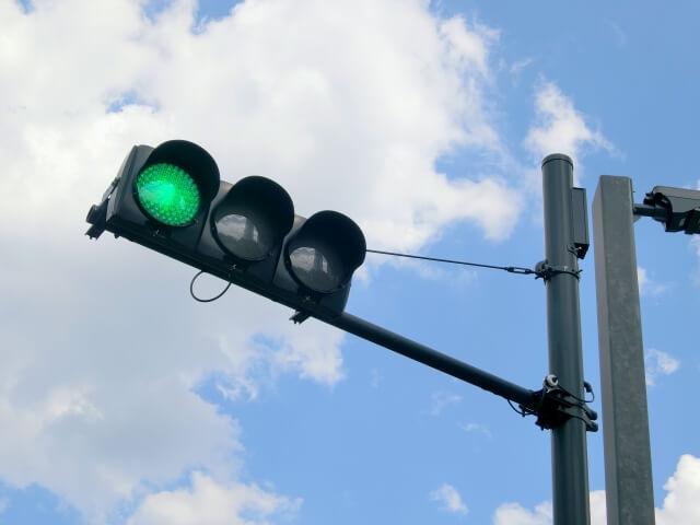 青になった信号機