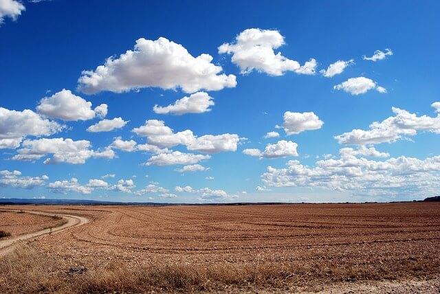 広い大地に広がる夏の雲