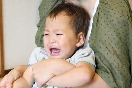 抱っこしたら大泣きする孫