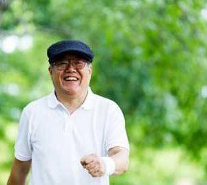笑顔で孫の元へ向かう祖父