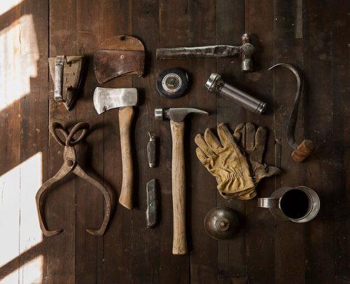 さまざまな工具。その中でもひときわ目立っているのが「かすがい」
