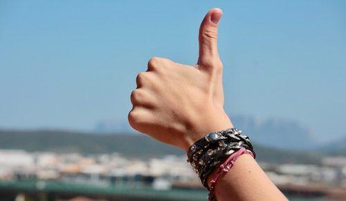 親指を立てて好調を示す人