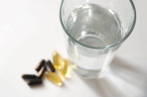 サプリメントを飲むために用意した水