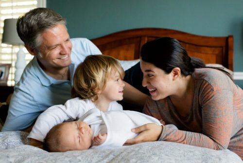 産まれたばかりの弟に付き添う息子と家族の幸せ一杯の場面