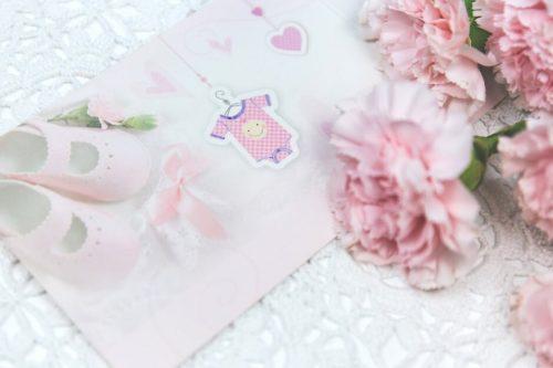 ピンクの子供服の飾り物