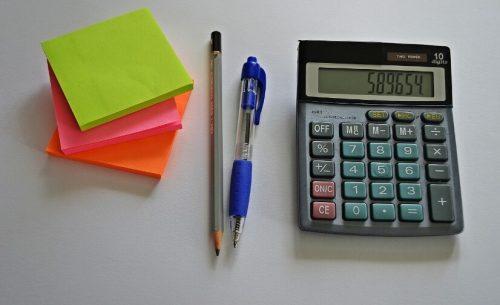 電卓とペンと付箋
