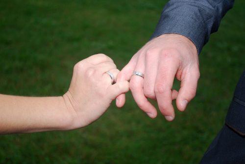 小指同士を絡めているらぶらぶな新婚夫婦