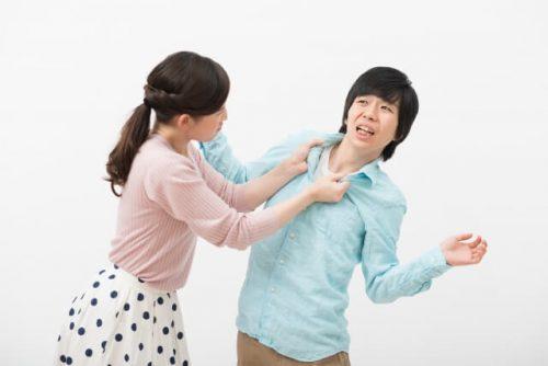 胸倉を掴んで喧嘩する夫婦