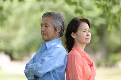 夫婦喧嘩してお互い目をあわせようとしない年配夫婦