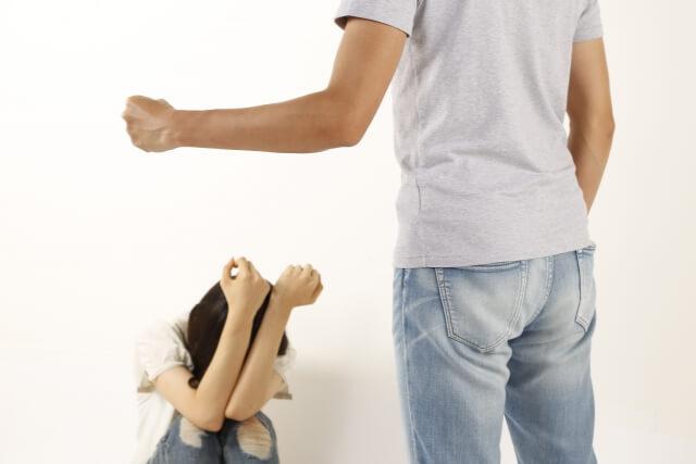 夫婦喧嘩がエスカレートして暴力を振るうようになった旦那と怯える妻