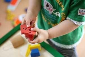 孫が小さなスイカの模型で遊んでいる