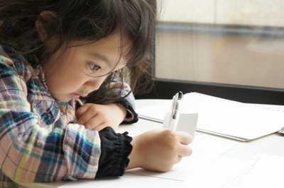 一生懸命宿題をする娘