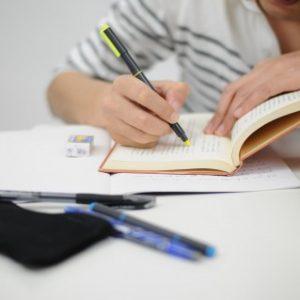 がりがり勉強する学生