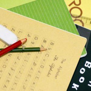 アルファベットの練習をした紙