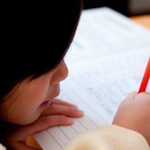 宿題を片付ける女子小学生